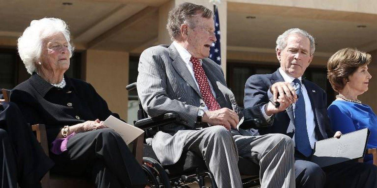 """Ex presidentes Bush llaman a rechazar """"el racismo, el antisemitismo y el odio"""" tras violencia en Charlottesville"""