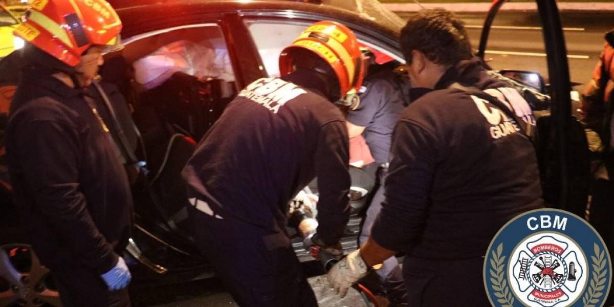 Liberan a conductor que quedó atrapado en vehículo tras colisión en la calzada Roosevelt