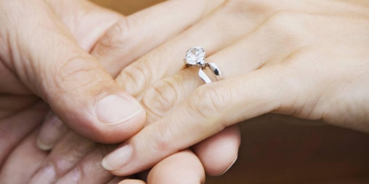 Perdió su anillo de compromiso en el jardín y 13 años después lo encontró en una zanahoria