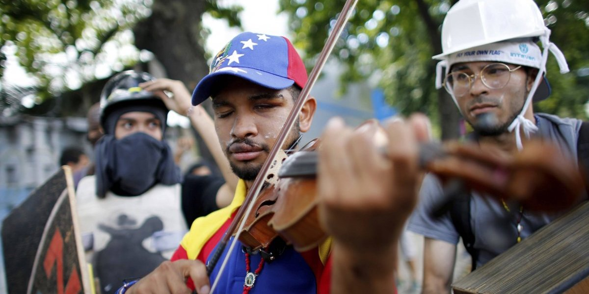Liberan a violinista que se convirtió en símbolo de protesta en Venezuela