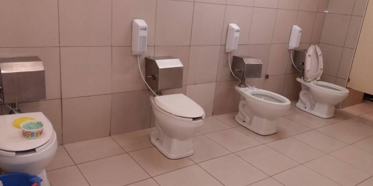 Cero privacidad: paga por ir al baño en supermercado de Perú y se encuentra con esta escena