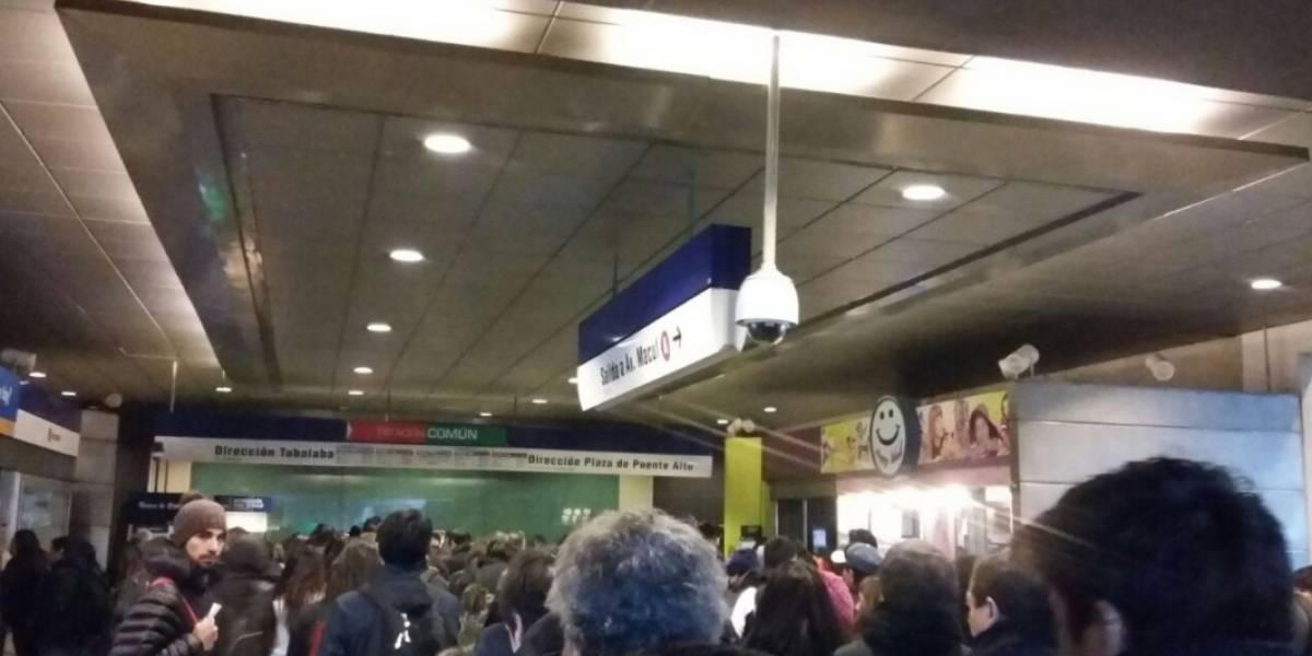Metro presenta nuevamente problemas y usuarios denuncian largas esperas en estaciones de la Línea 4