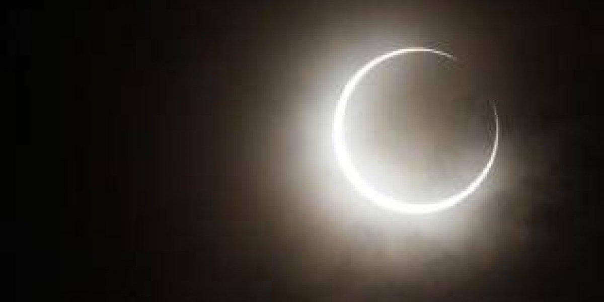 Venden vidrio a 20 pesos para ver directamente el eclipse del próximo lunes