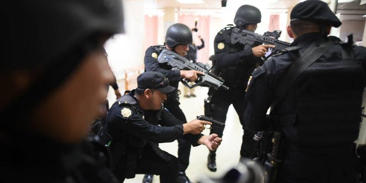 """""""Si el policía está en riesgo, incluso si el atacante es menor de edad, debe responder y defenderse"""", aseguran expertos"""