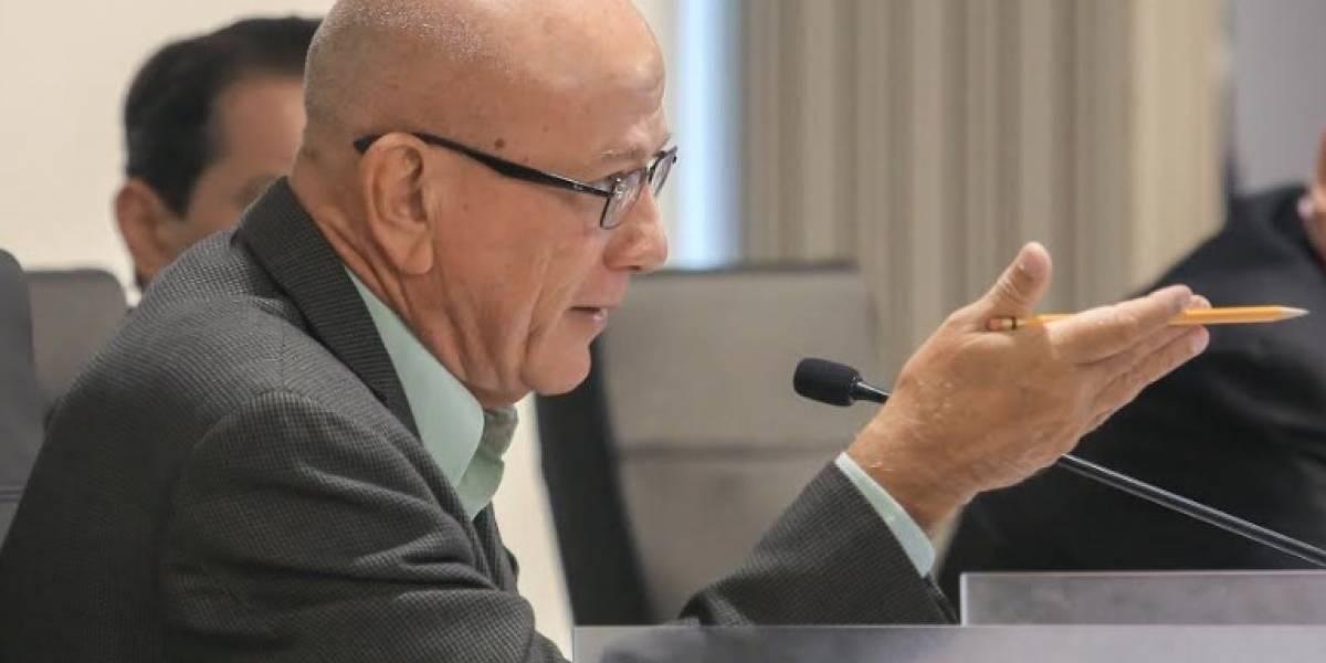 Larry Seilhamer le contesta a Conny Varela