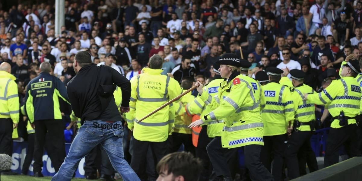 VIDEO: Aficionados enloquecen en pleno partido aventando sillas al campo
