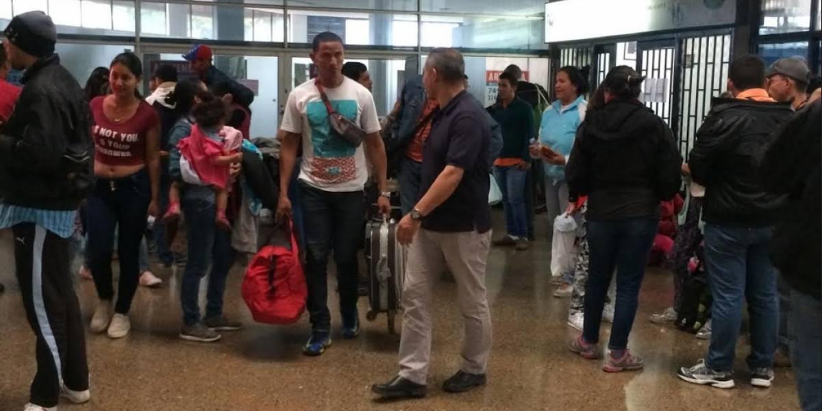 Varios venezolanos esperan una nueva vida en la terminal