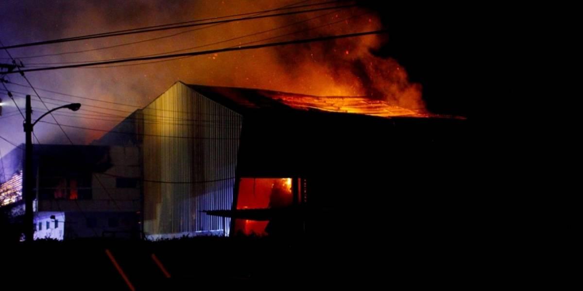 Incendio arrasa a papelera en Isla de Maipo y deja más de 60 evacuados: extinción del fuego tardará horas