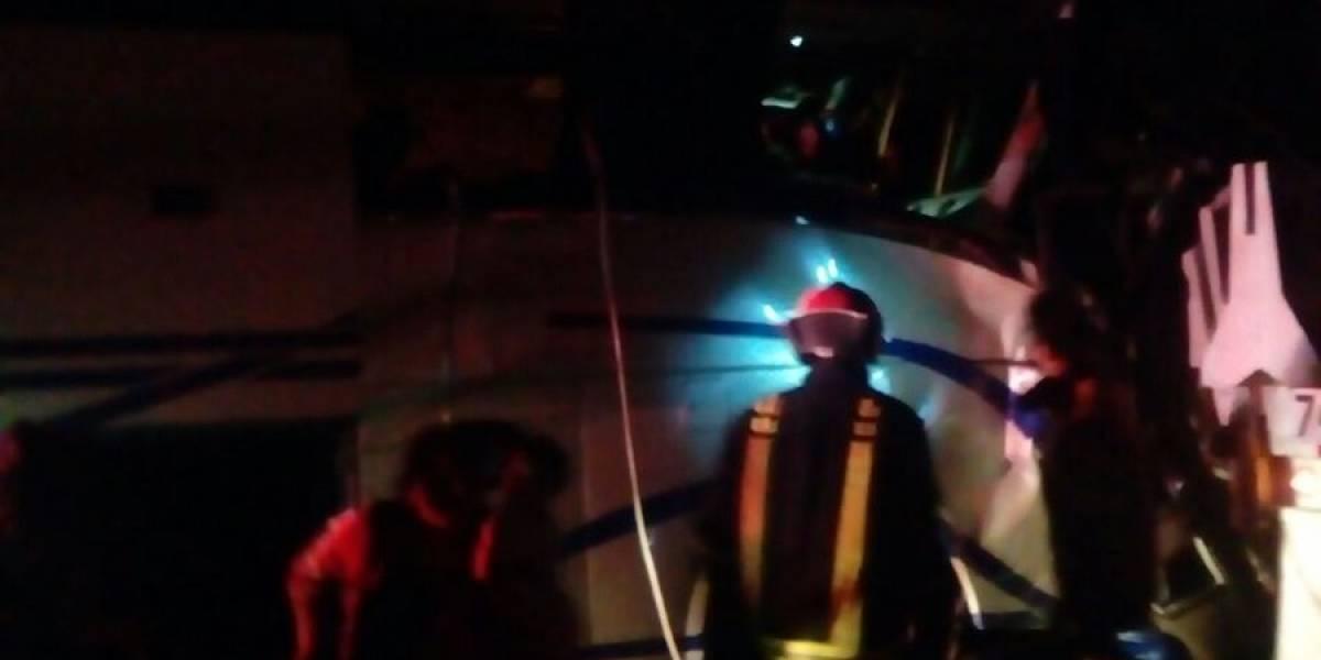 Choque entre autobús de pasajeros y tráiler deja un muerto en la Autopista del Sol