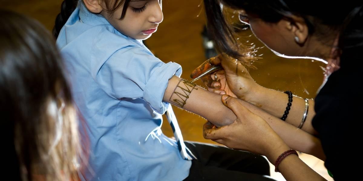"""Pequeña se hizo un """"tatuaje"""" con henna negra y queda con terribles marcas en el brazo"""