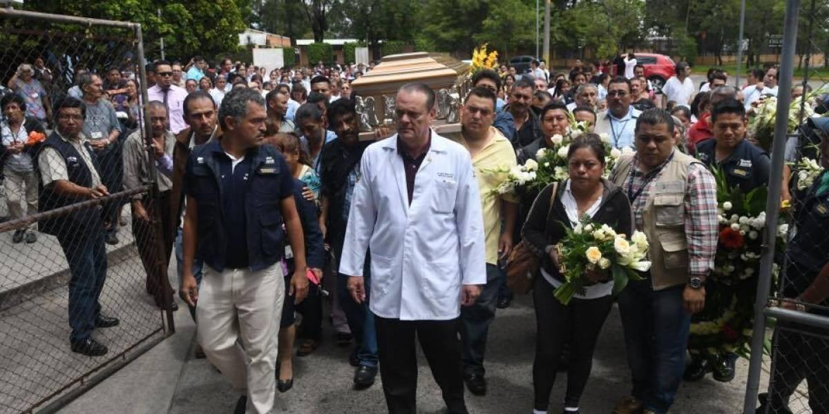 Realizan honras fúnebres a guardia que trabajó 14 años en Hospital Roosevelt