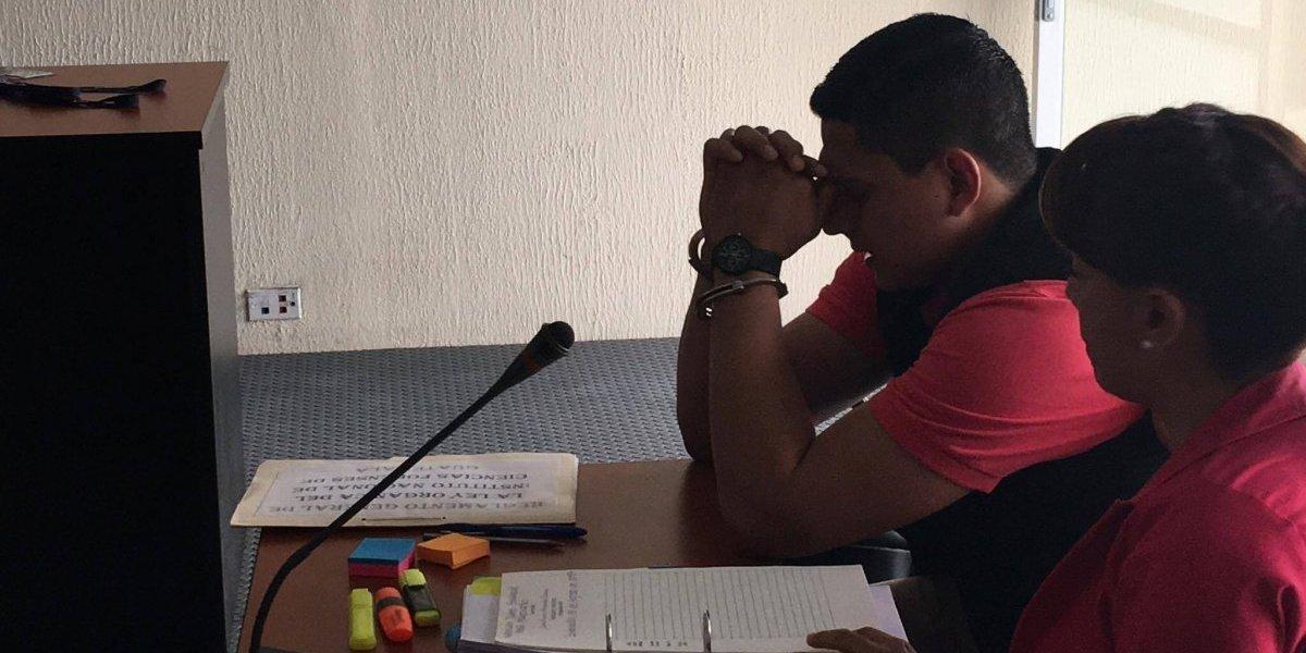 Jabes Meda ora antes de iniciar audiencia en la que pide reforma de delitos