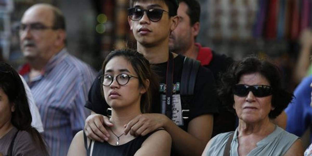 Tenso regreso de turistas a Las Ramblas tras trágico atentado