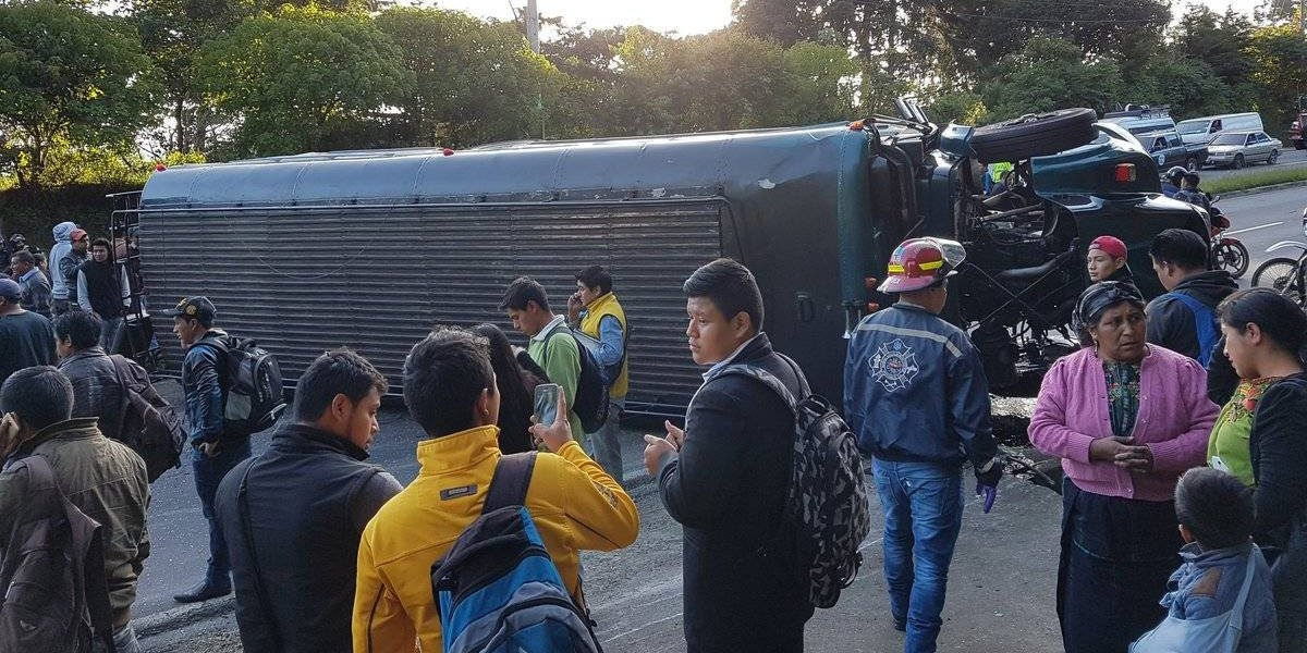 Al menos 30 heridos tras volcar autobús en la ruta Interamericana
