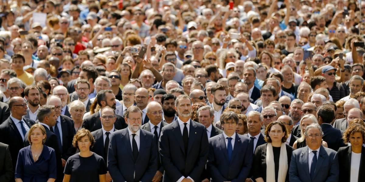 Brindan emotivo minuto de silencio por víctimas en Barcelona