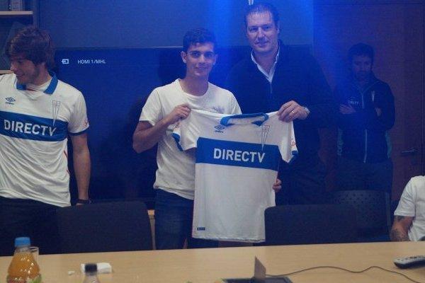 Ignacio Saavedra junto a José María Buljubasich cuando firmó su primer contrato profesional en la UC, en julio pasado / cruzados.cl