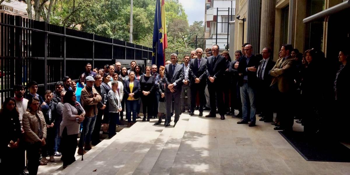 Decenas de personas homenajean en Bogotá a víctimas de terrorismo en España