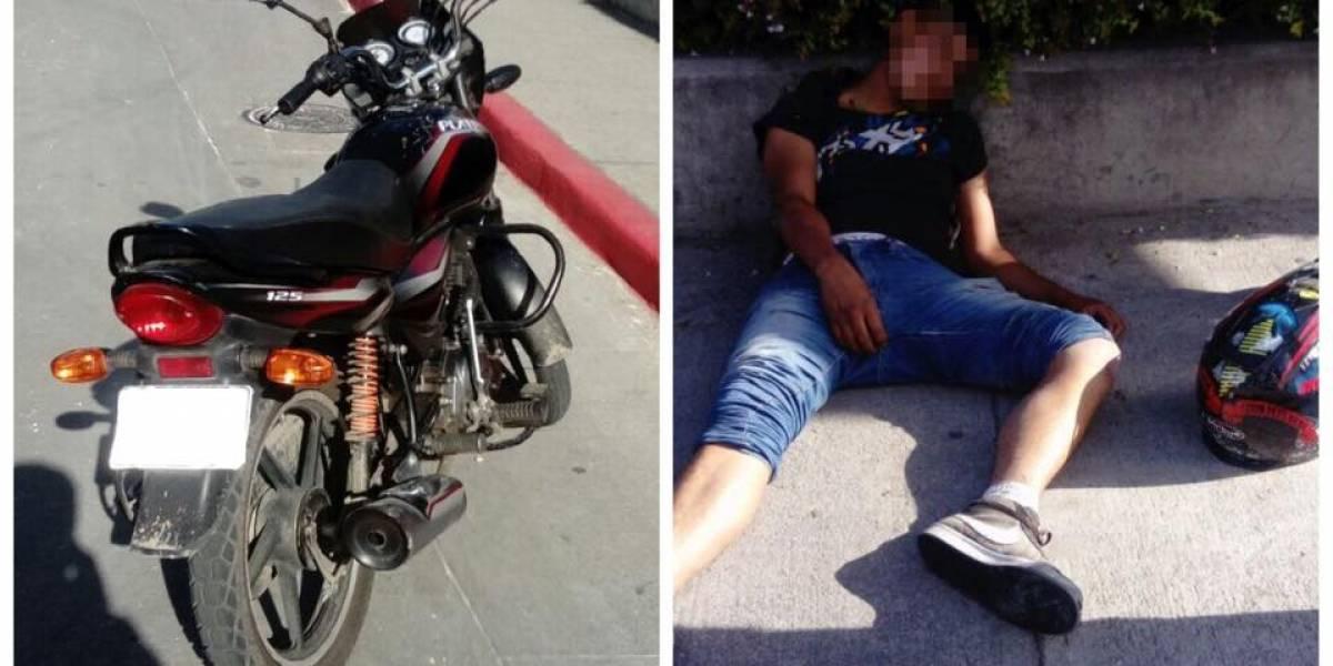 Encuentran a motorista tirado y desubicado en la calzada La Paz
