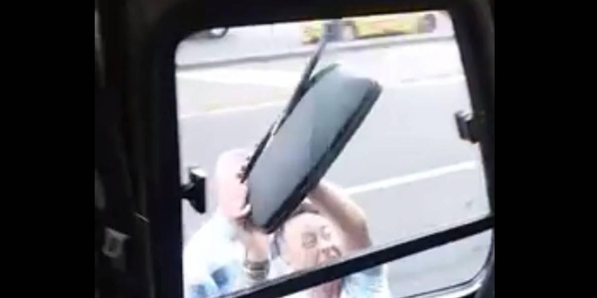 Pasajero de un taxi se bajó para agredir a un conductor del SITP y terminó bailando