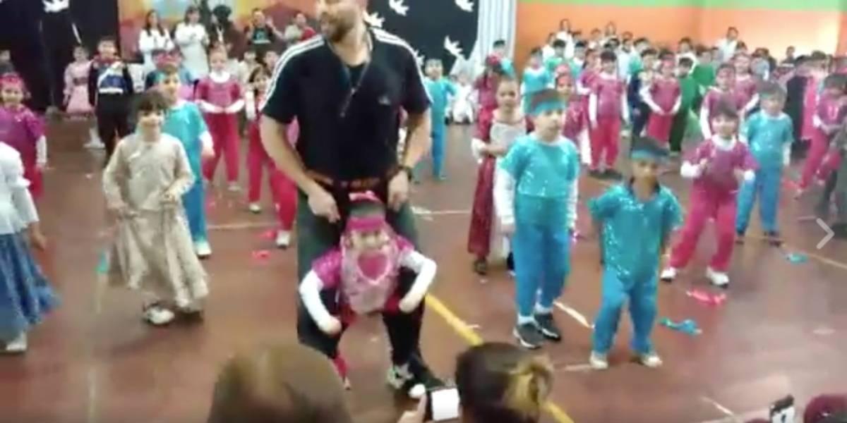 """Profesor ayuda a una alumna """"prestándole"""" sus piernas en una coreografía y conmueve a las redes"""