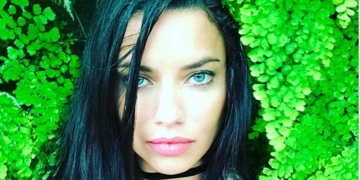 Adriana Lima captada arreglándose la tanga y criticada por