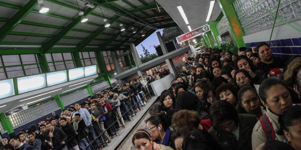 Estampida de hombres intenta ingresar al Metro de la CDMX