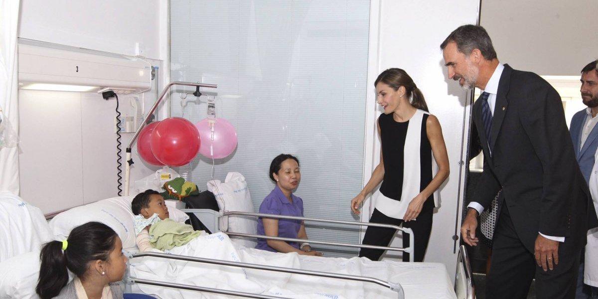 Reyes de España visitan a víctimas de ataques en Barcelona