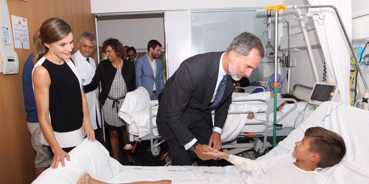 Reyes de España visitan víctimas de ataque en Barcelona