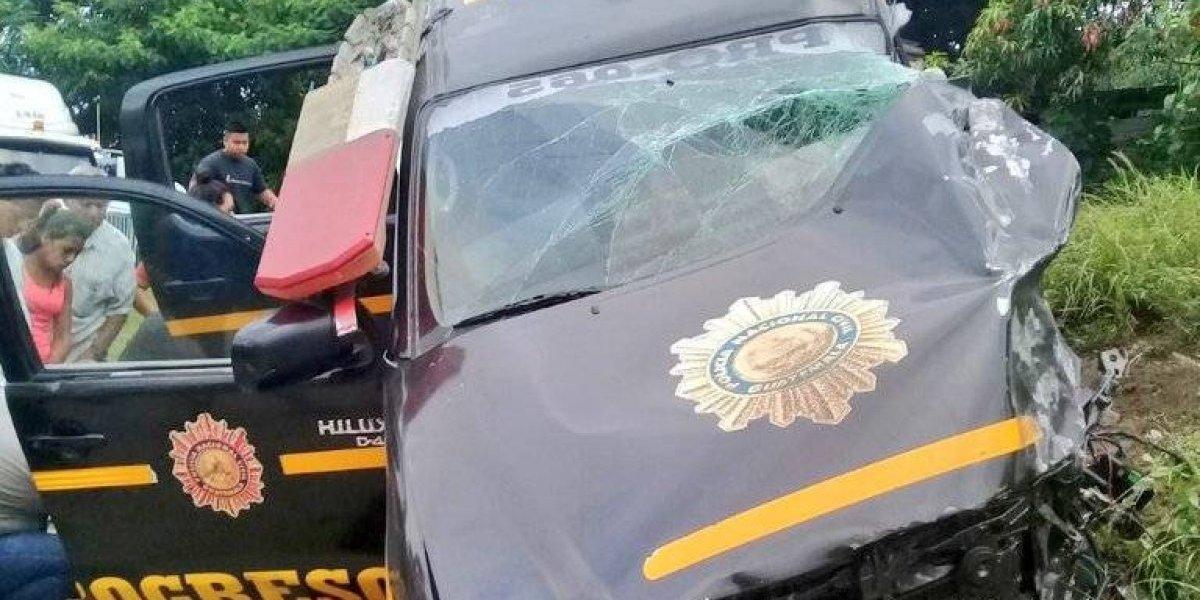 Después de trasladar a reos, policías mueren en aparatoso accidente