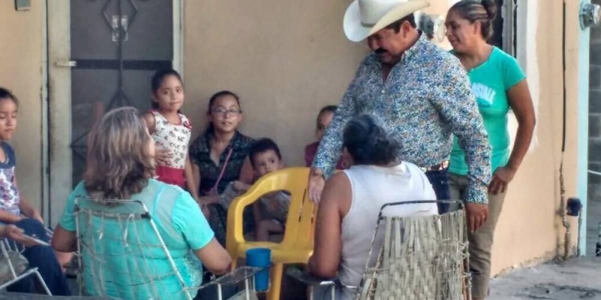 Acusan a alcalde en Nuevo León de regalar billetes en eventos públicos
