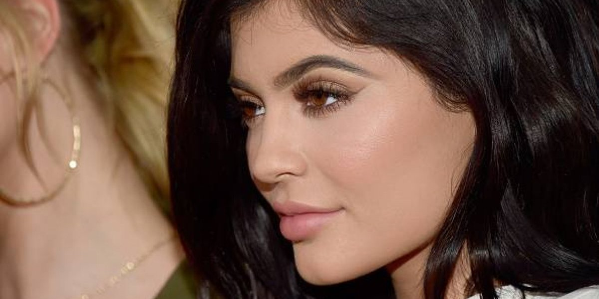 El viento traiciona a Kylie Jenner y expone su secreto para tener una figura curvilínea