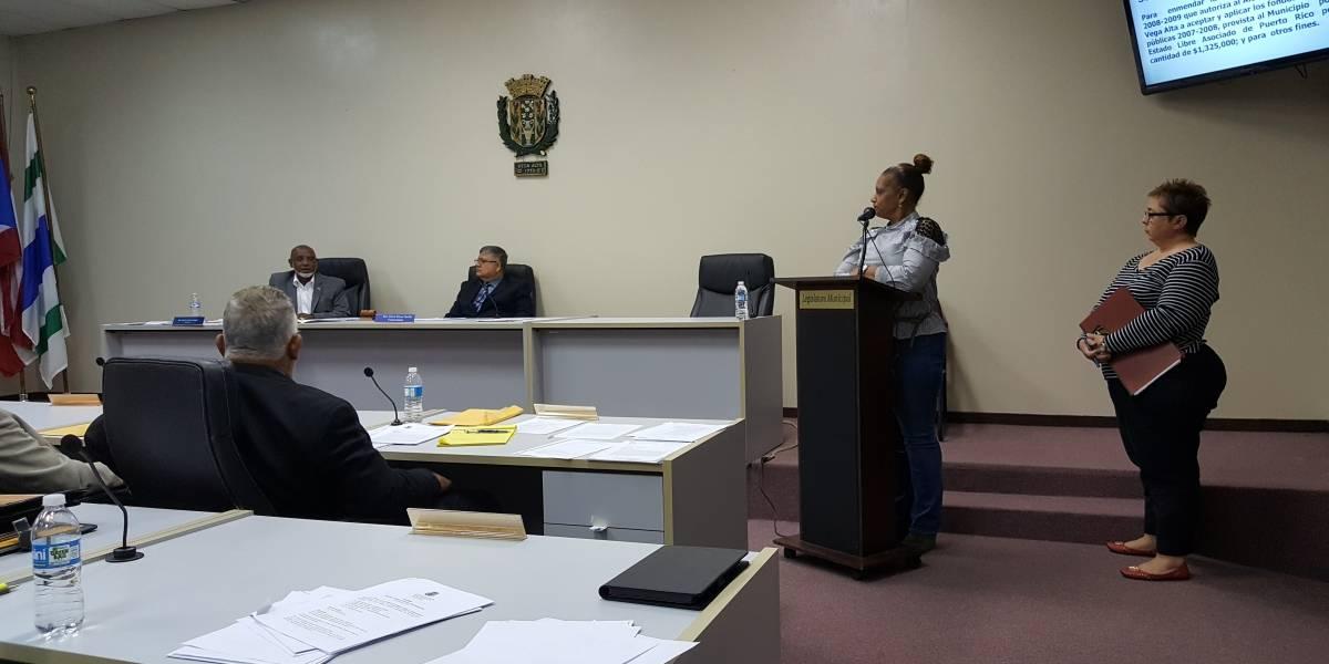Legislatura de Vega Alta cuelga a comisionada policial