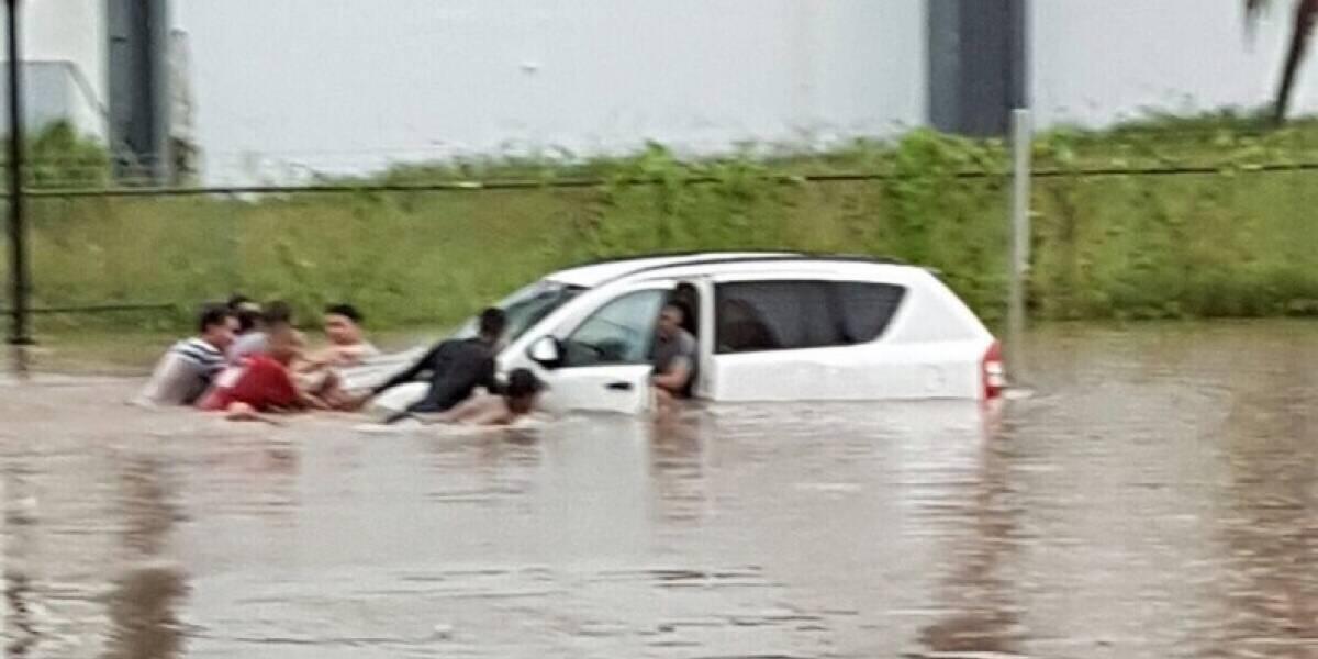 Familia de Patillas se refugia en el techo de su residencia ante inundaciones