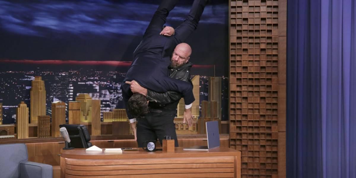 Luchador de WWE destrozó escritorio con el cuerpo de Jimmy Fallon