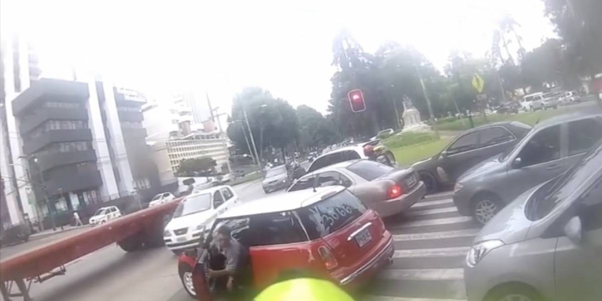 Viralizan video de agresión de conductor a adulto mayor en paso peatonal