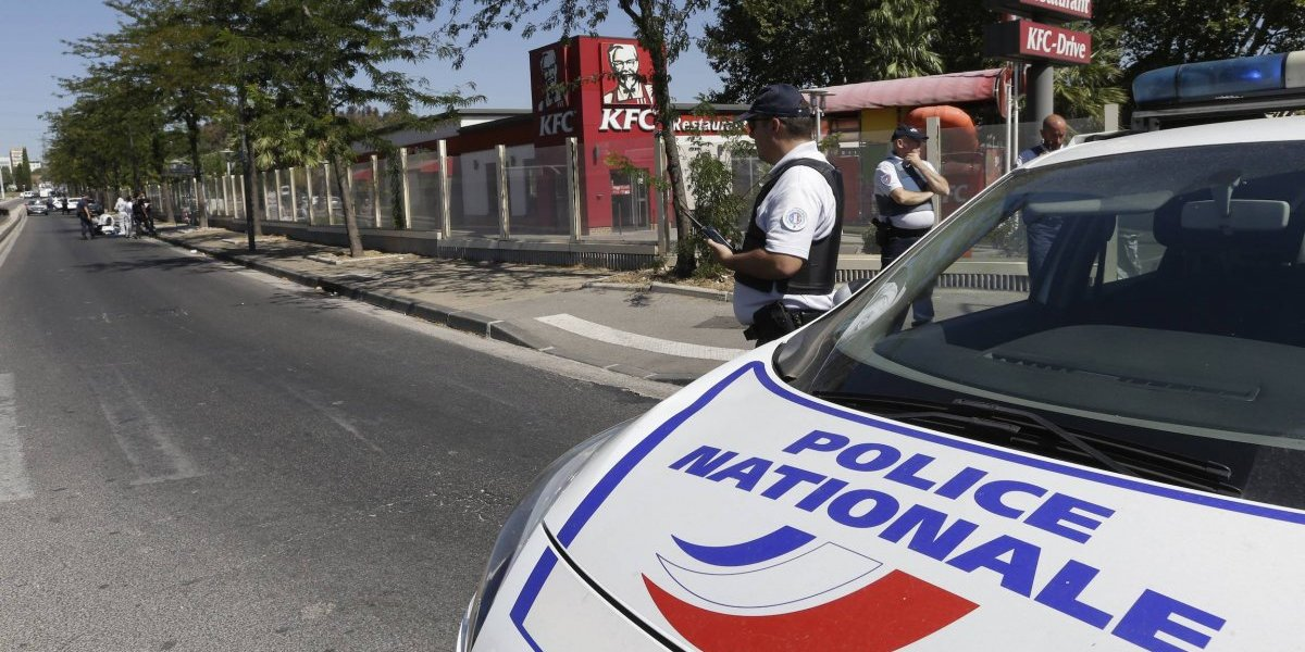Auto choca contra parada de autobús en Francia; hay un muerto