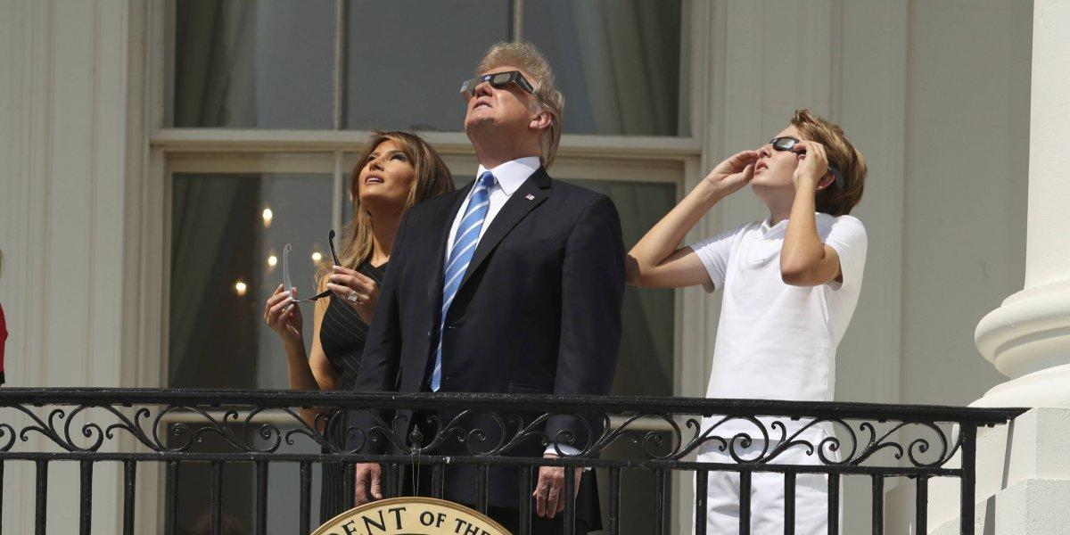 Donald Trump se asoma a ver el eclipse solar