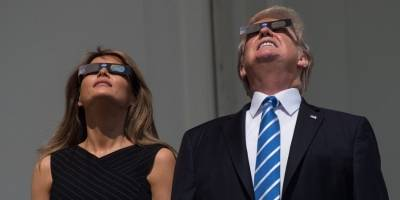 Melania y Donald Trump observando el eclipse solar de 2017