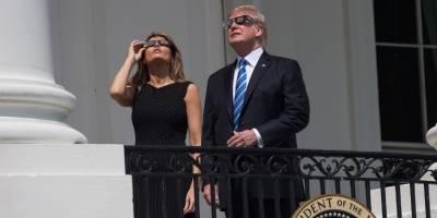 Melania y Donald Trump observando el eclipse solar del 21 de agosto de 2017