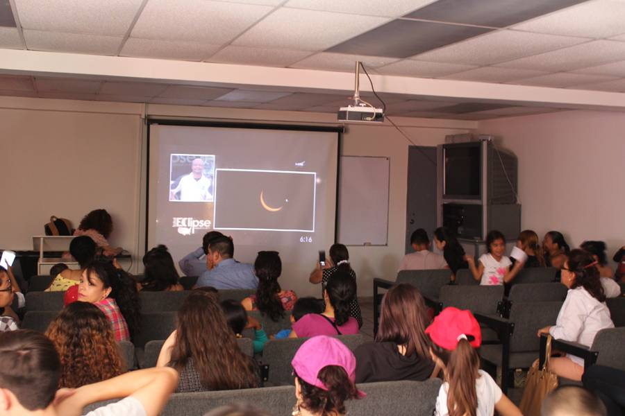 Disfrutan tapatíos del eclipse parcial de sol en el IAM