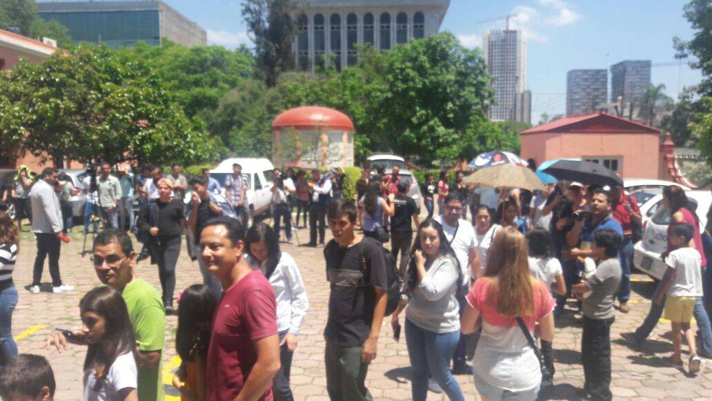 Hicieron largas filas en Guadalajara para ver el eclipse Foto: Héctor Escamilla