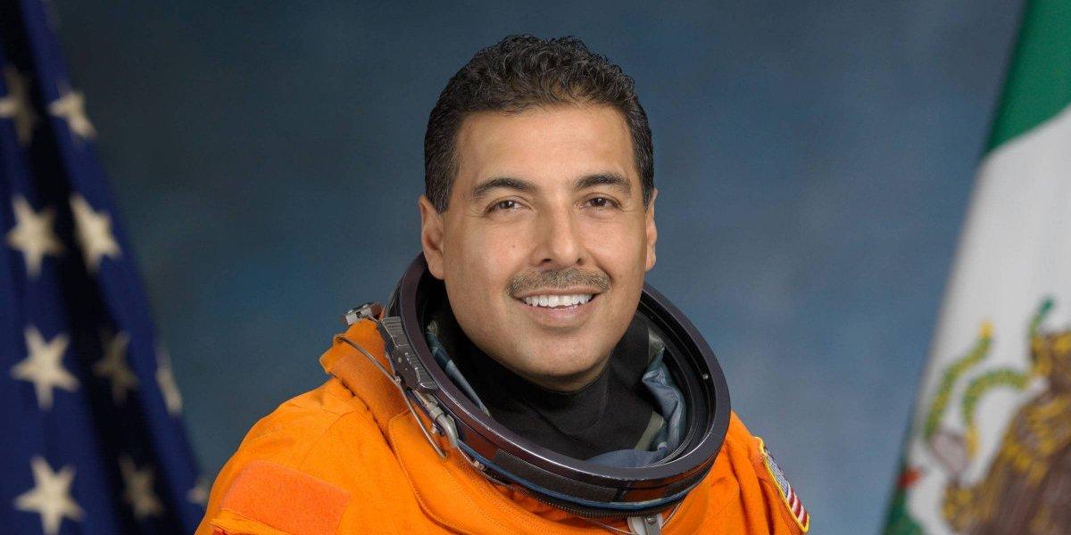 Astronauta mexicano José Hernández explica cómo ver el eclipse correctamente