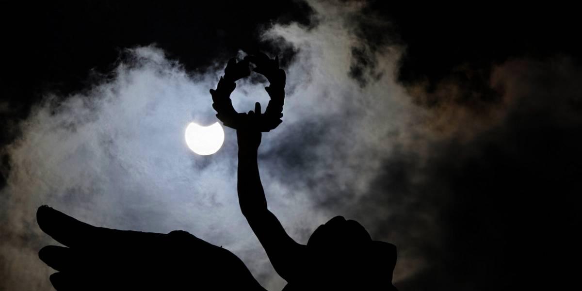 FOTOS: Eclipse solar, los minutos en que México tomó una pausa para observar al cielo