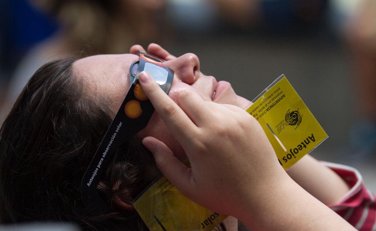 Así se vive el eclipse en el Zócalo de la Ciudad de México