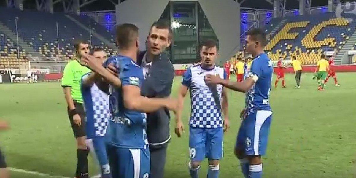 Futbolistas le reclaman a compañero por fallar penal a lo 'panenka'