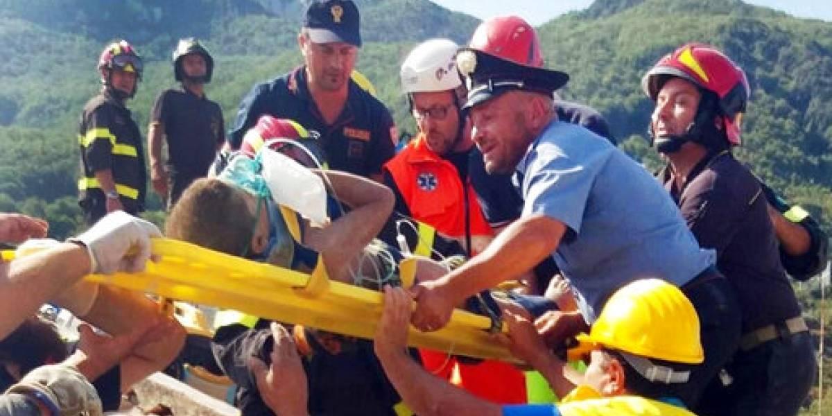 Rescatan niños de escombros tras sismo en Italia