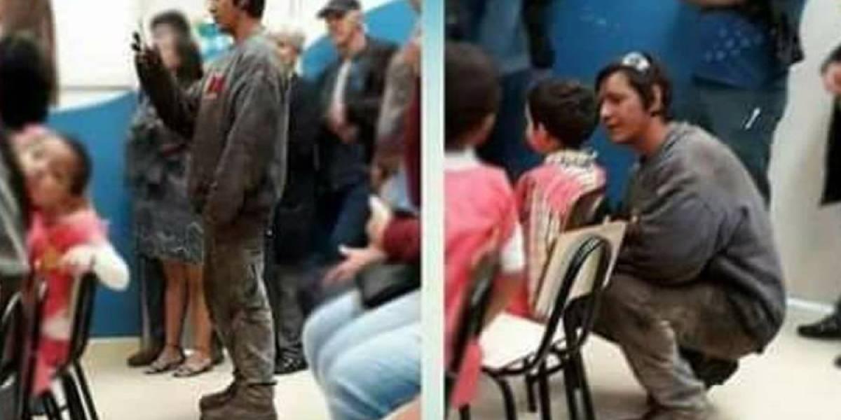 Padre deja un momento su trabajo para acompañar a su hijo en acto escolar