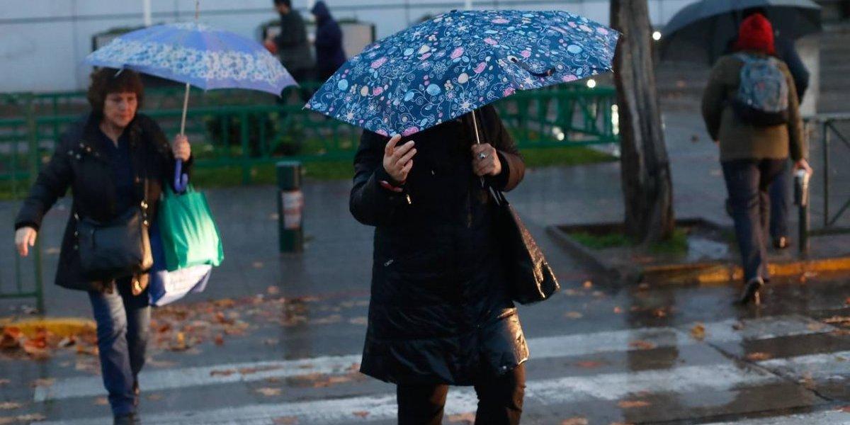 A salir con paraguas: anuncian lluvias para Santiago