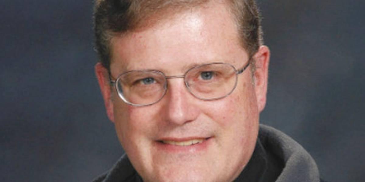 Cura católico revela pasado con el Ku Klux Klan