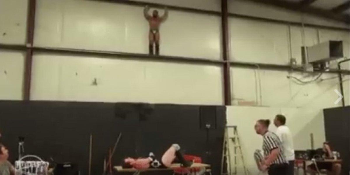 Luchador falla lance y termina con el brazo roto